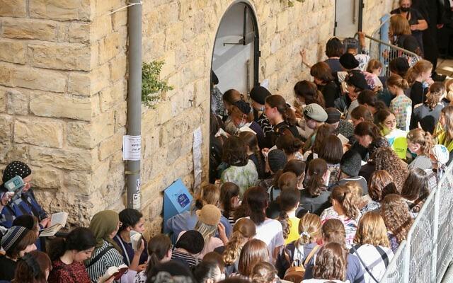 Czciciele widziani nagrobie Raszbi, czyli rabina Szimona bar Jochaja, wMeron wpółnocnej Galilei, przedrozpoczęciem żydowskiego święta Lag B'Omer, 29 kwietnia 2021 r.
