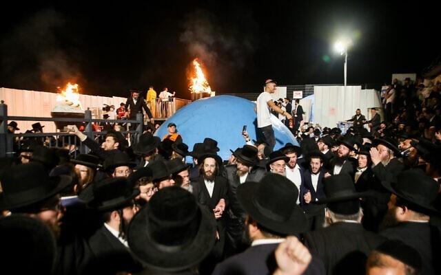 Tłumy ultra ortodoksyjnych Żydów świętują rozpalenie ogniska podczas obchodów święta Lag B'Omer naMt. Meron wpółnocnym Izraelu 29 kwietnia 2021 r.